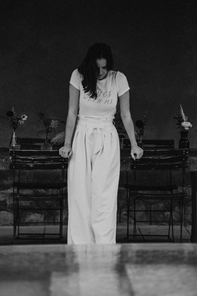 Photo en noir et blanc du pantalon Emio de face