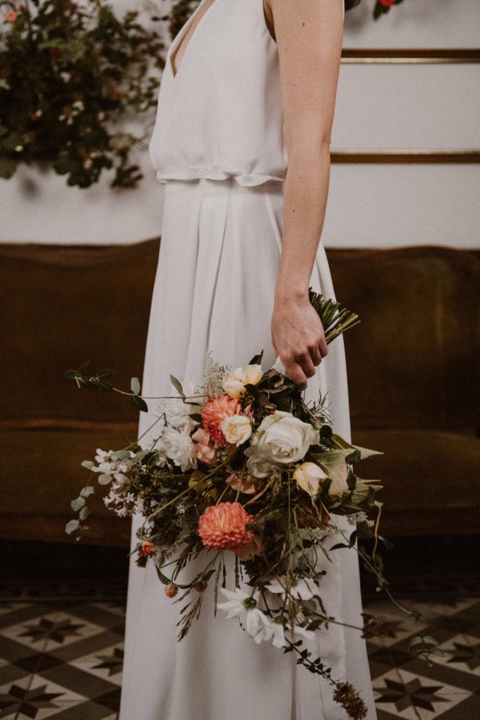 Photo de la robe Irene de 3/4 avec un bouquet de fleurs