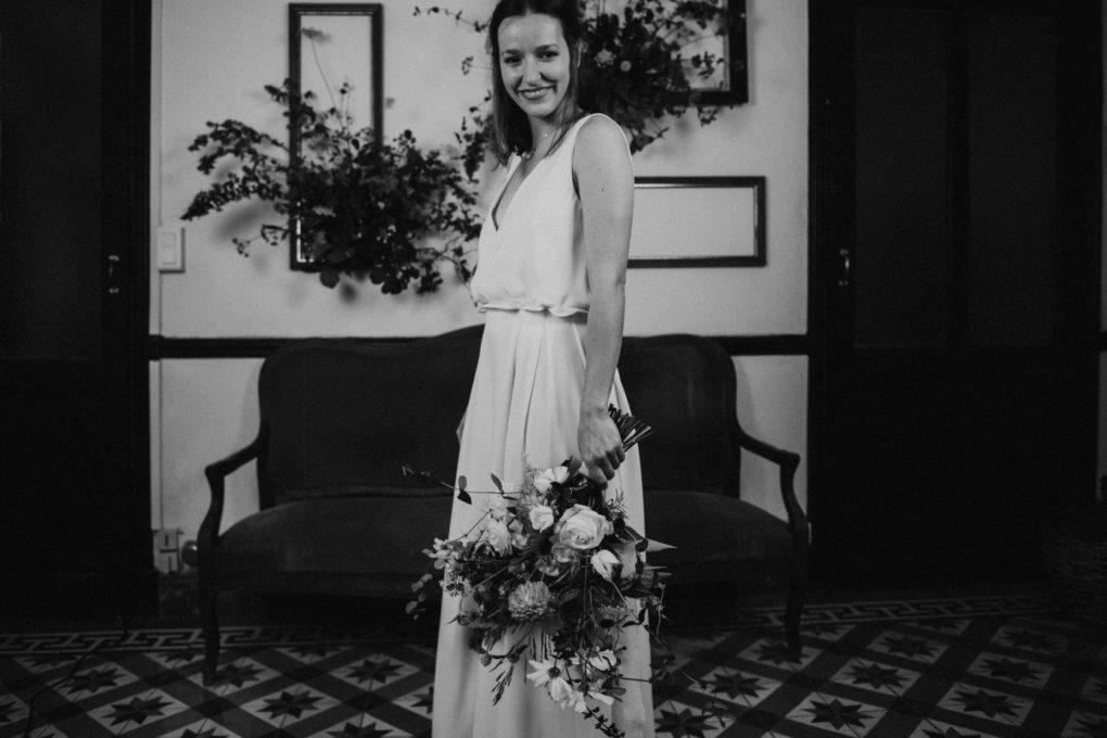 Photo en noir et blanc de plein pied de la robe Irene de 3/4