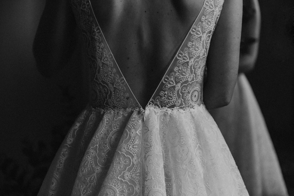 Photo en noir et blanc, plan rapproché sur les détails du dos de la robe Sasha