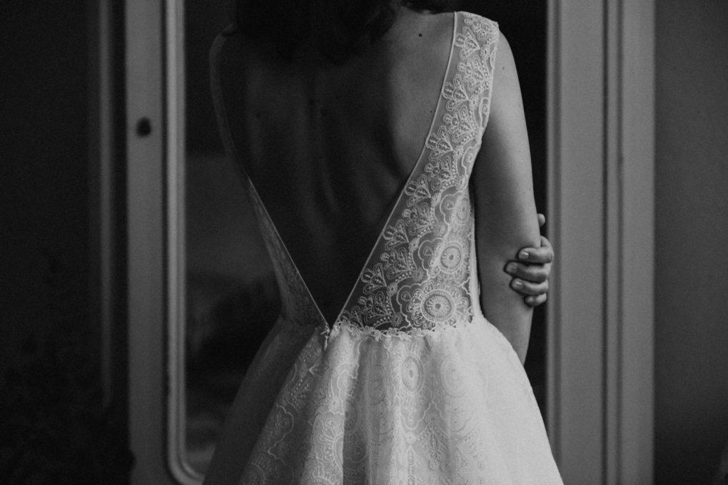 Photo en noir et blanc du dos de la robe Sasha