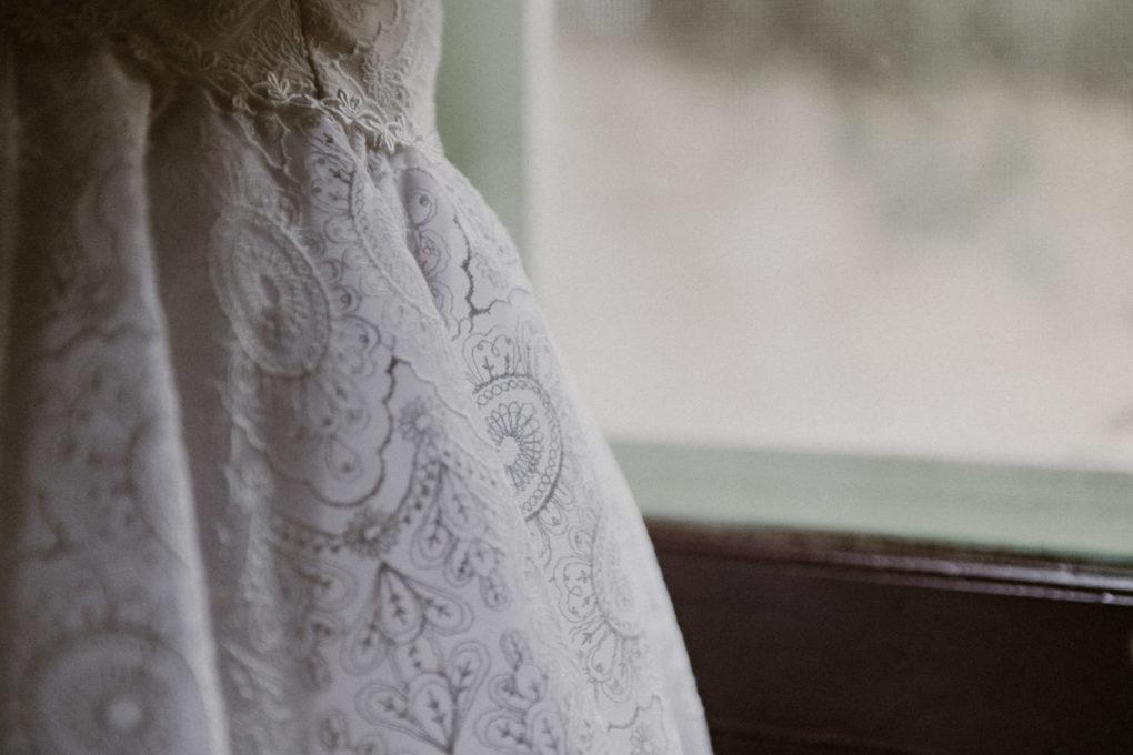 Gros plan sur les détails de la robe Sasha