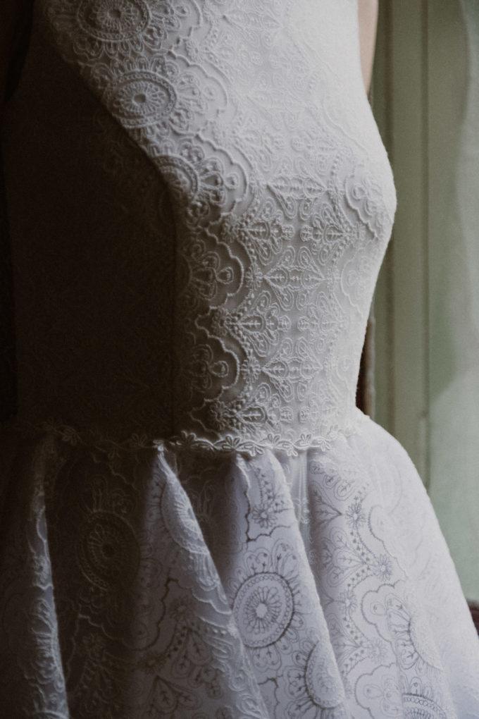 Plan rapproché sur le haut de la robe Sasha, détails