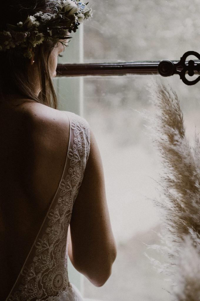 Photo des détails dans le dos sur l'épaule de la robe Sasha