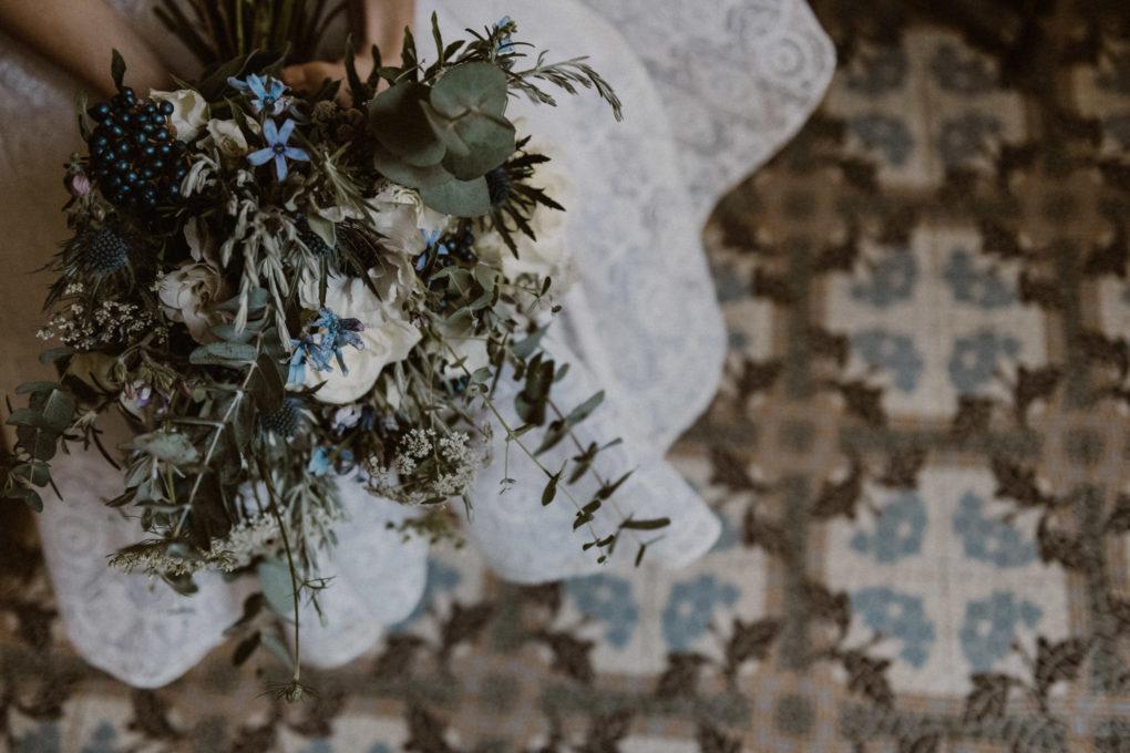 Photo en contre-plongée de la robe Sasha avec un bouquet de fleur