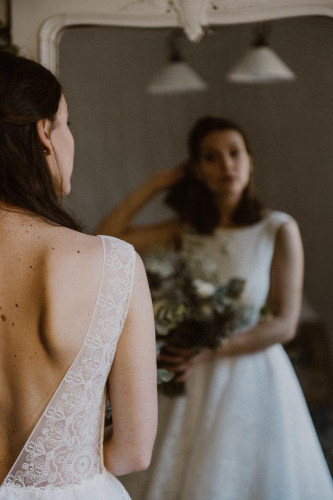 Plan rapproché sur l'épaule de la robe Sasha, reflet de la robe sur un miroir en arrière-plan