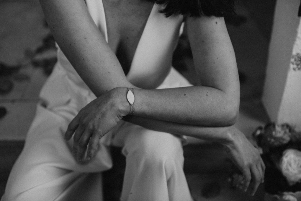 Gros plan sur un bracelet porté avec une création de l'Atelier Swan