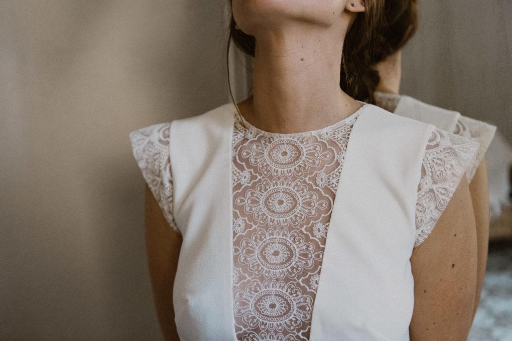 Gros plan sur les détails du col et des épaules de la robe Edwige