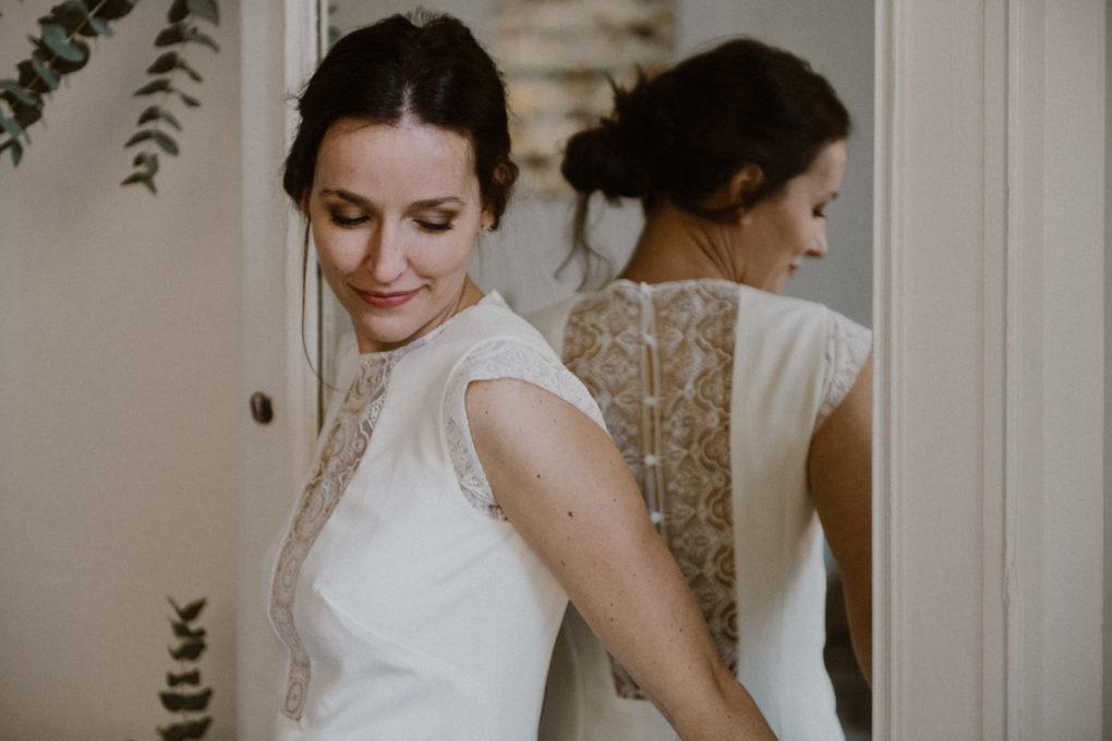 Plan rapproché sur le haut de la robe Edwige, miroir en arrière plan avec le dos de la robe