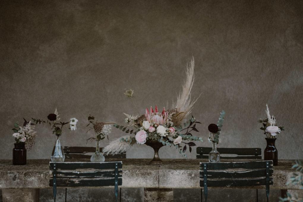Photo d'une table avec un bouquet de fleurs séchées au centre