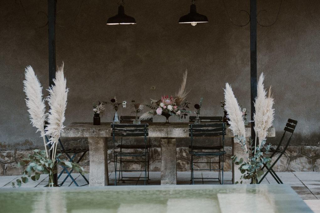 Plan d'ensemble d'une table et de fleurs et plantes séchées