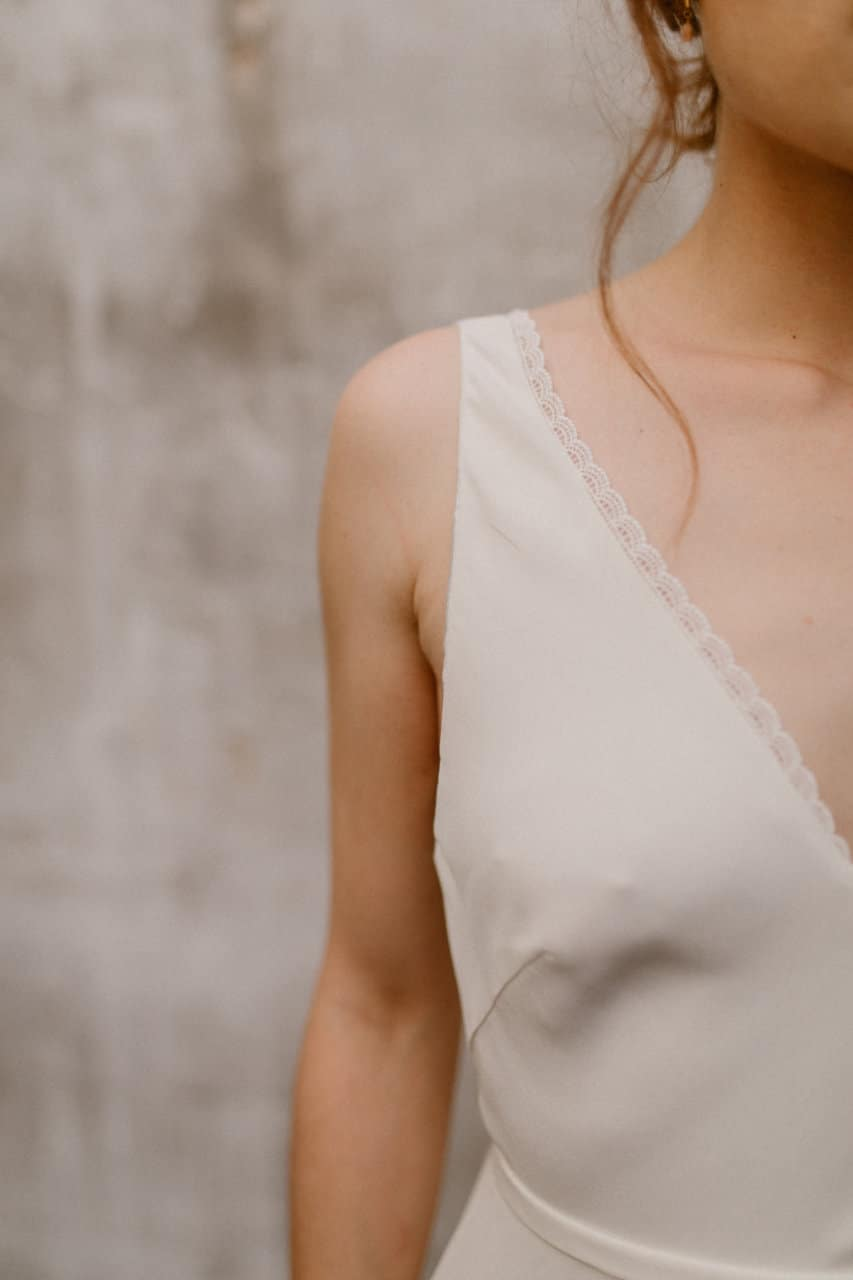 Plan rapproché sur l'épaule de la robe Alice