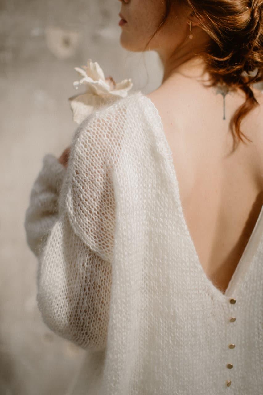 Gros plan sur le côté gauche du dos de la robe Alice