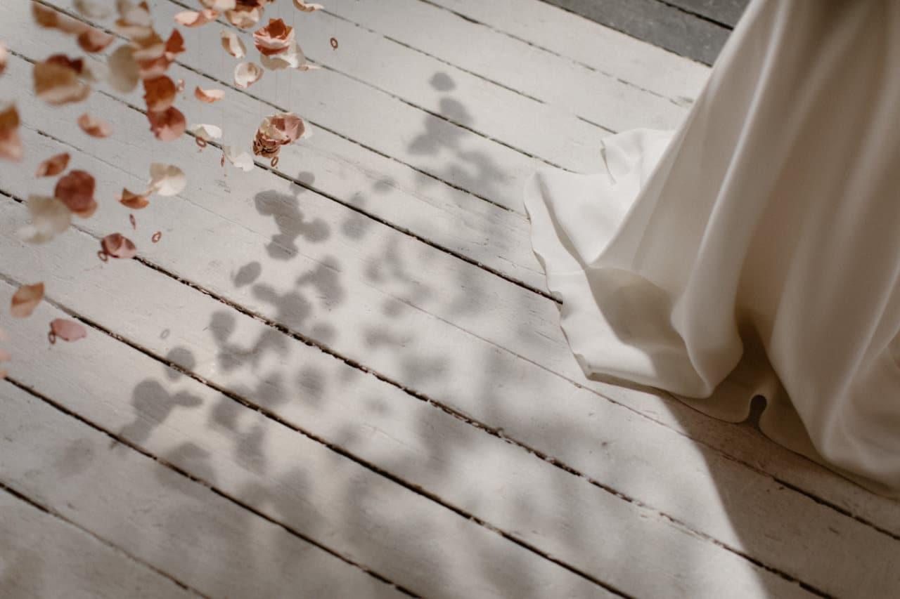 Photo de la traine de la robe Ares et de l'ombre du rideau de fleurs