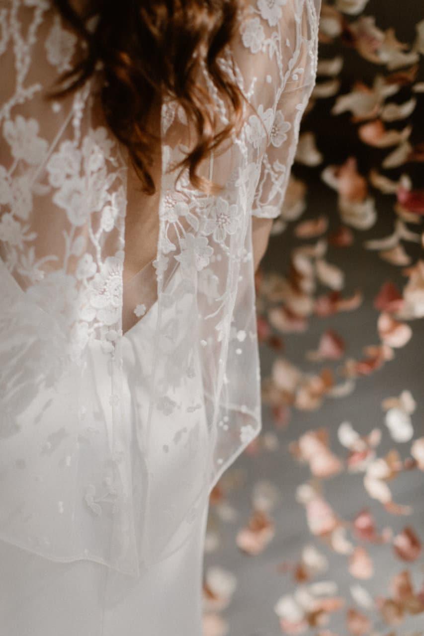 Gros plan sur le dos de la robe Ares