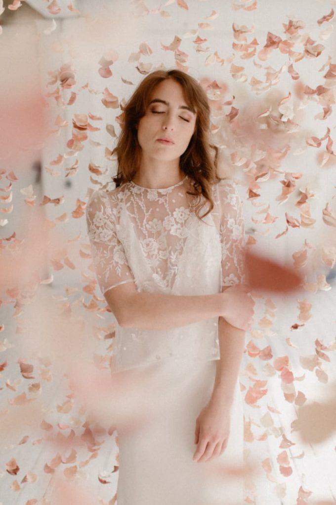 Photo de la robe Ares au milieu du rideau de fleurs