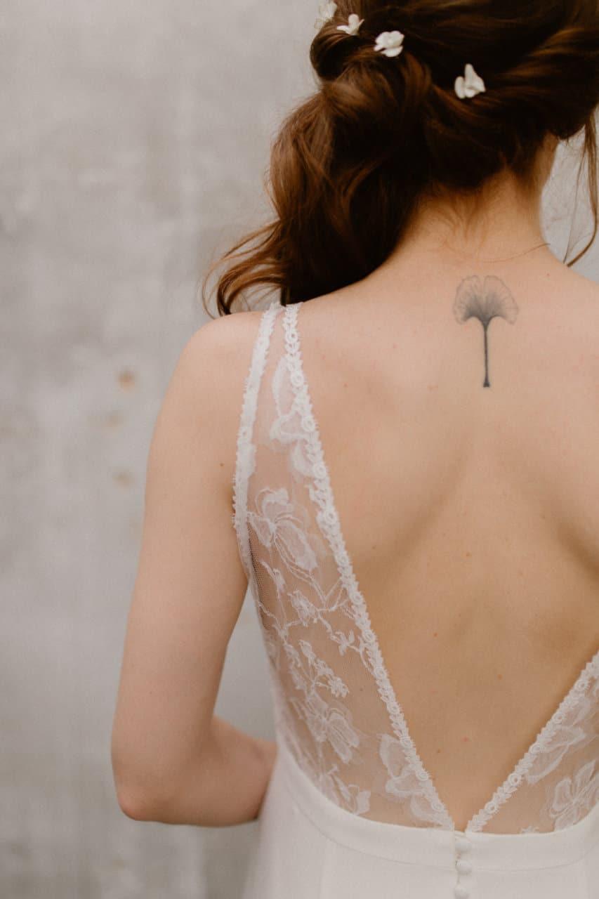 Plan rapproché sur le coté gauche du dos de la robe Axelle