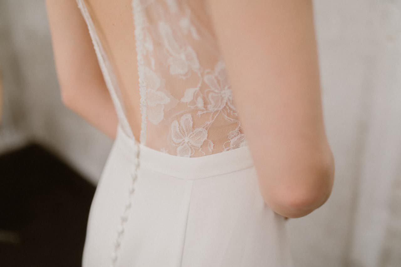 Gros plan sur les détails du dos de la robe Axelle
