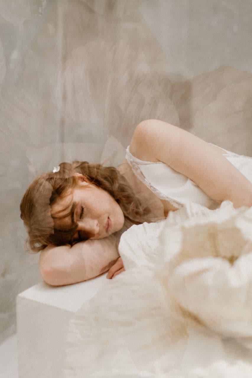 Photo de la robe Axelle portée par une femme allongée