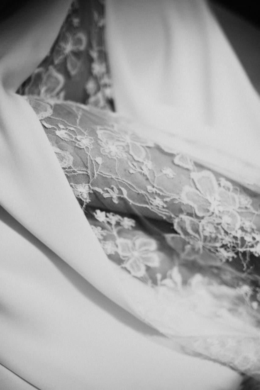 Photo en noir et b-blanc, gros plan sur les détails de la jupe de la robe Axelle