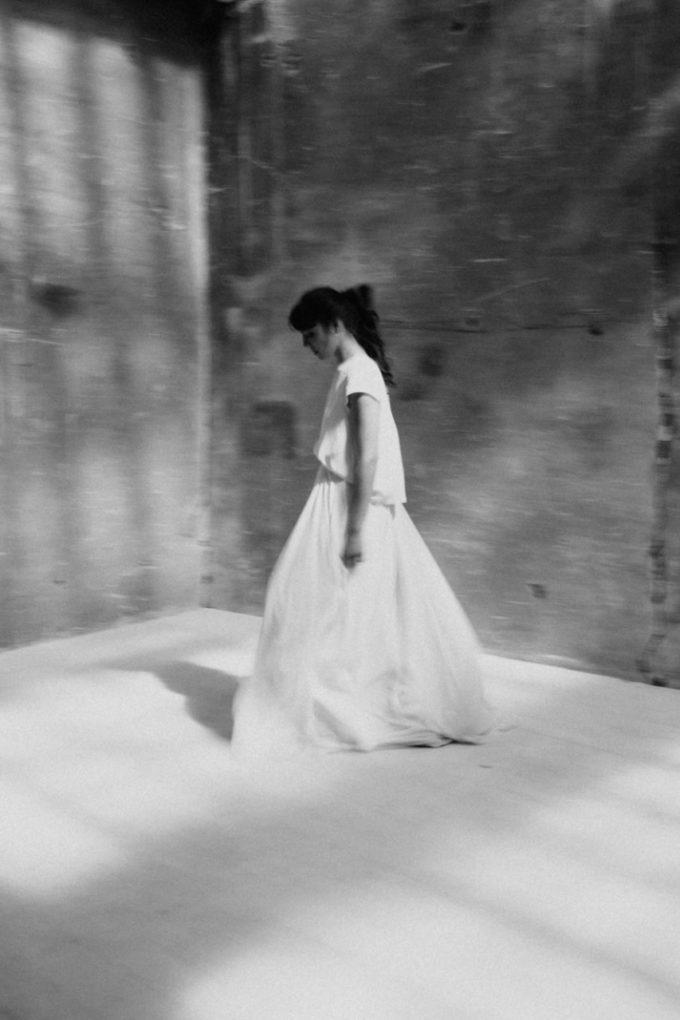 Photo en noir et blanc, plan large, de la robe Colette de profil