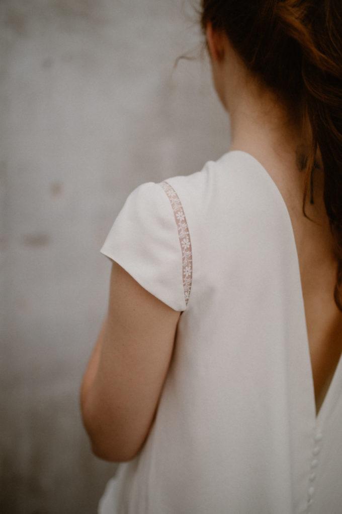 Gros plan sur l'épaule de la robe Colette