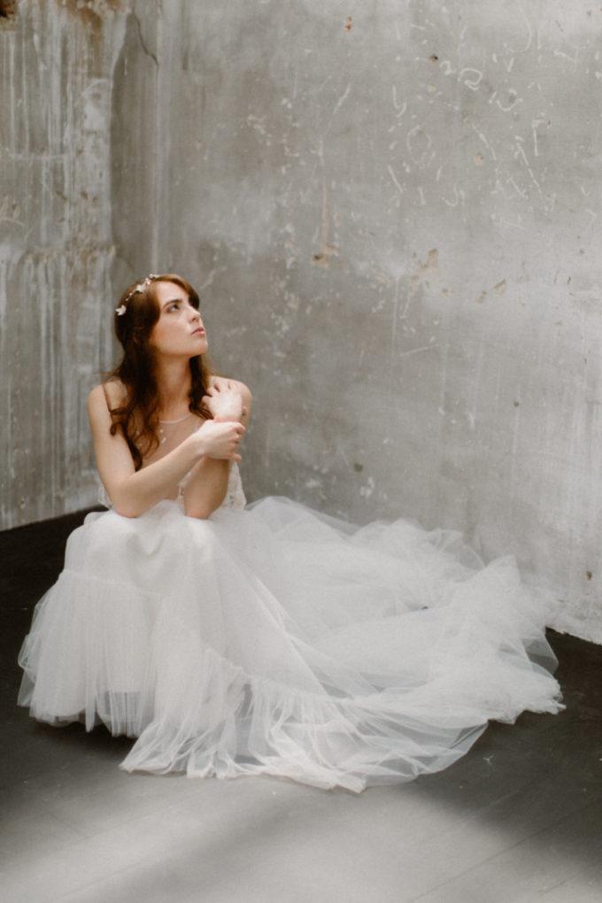 Photo de la robe Héléna portée par une femme assise