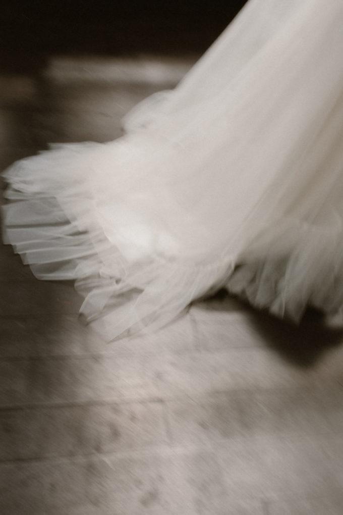 Gros plan sur la traine de la robe Héléna
