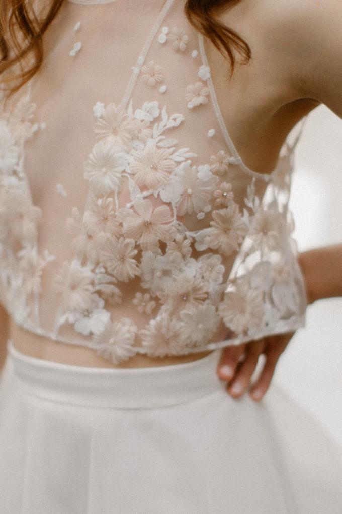 Gros plan sur les détails du haut de la robe Héléna