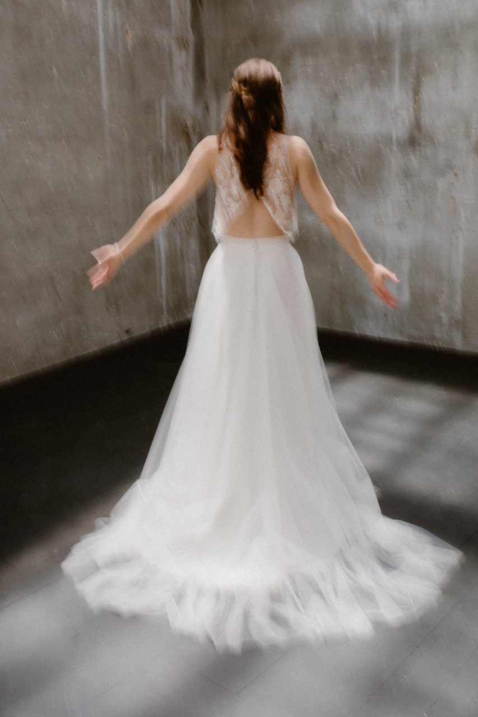 Photo de plein pied de la robe Héléna de dos, flou artistique