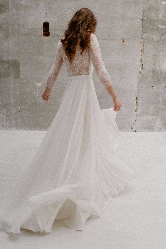 Photo de plein pied de la robe Katy de dos et en léger mouvement