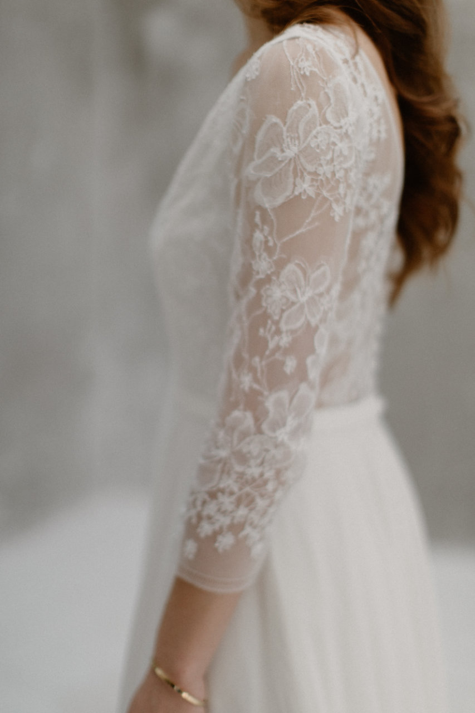 Plan rapproché sur les détails des manches de la robe Katy