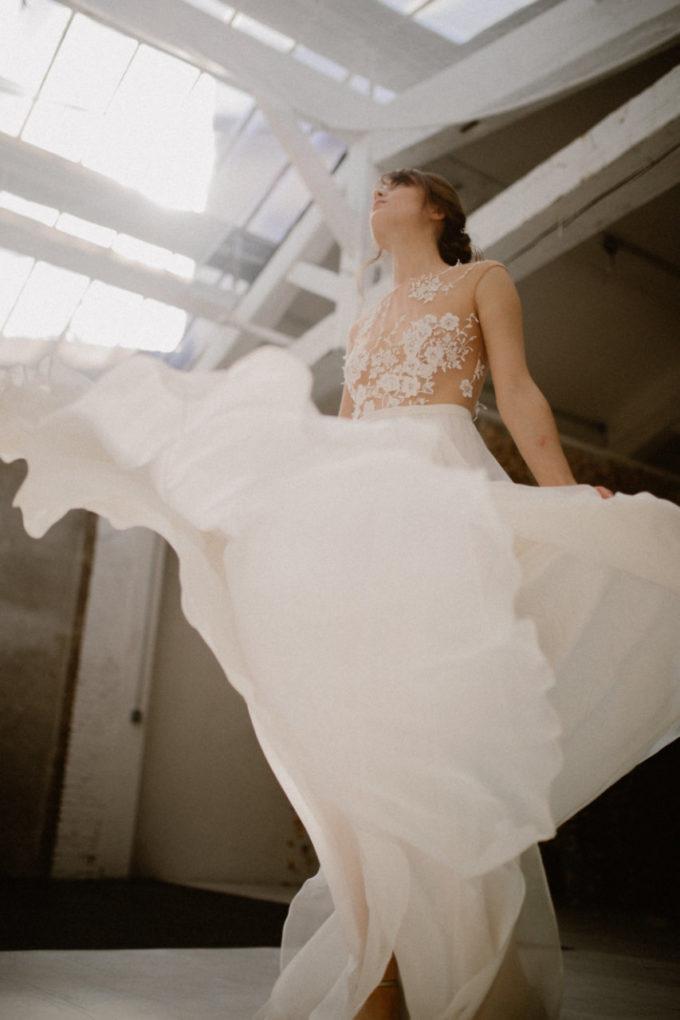 Photo en contre plongée de la robe Laureline de 3/4 en mouvement