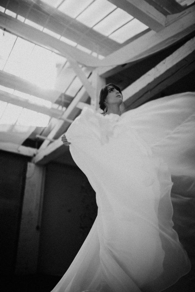 Photo en noir et blanc et en contre-plongée de la robe Laureline en mouvement