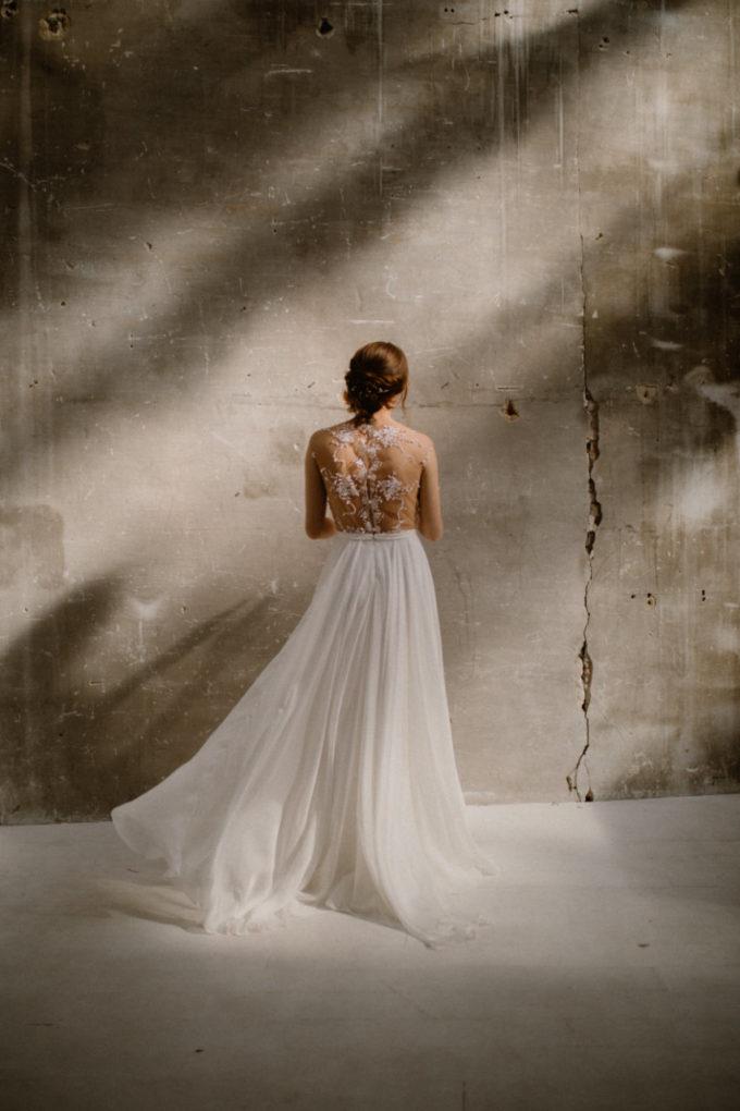 Photo de la robe Laureline de dos sous les rayons de soleil