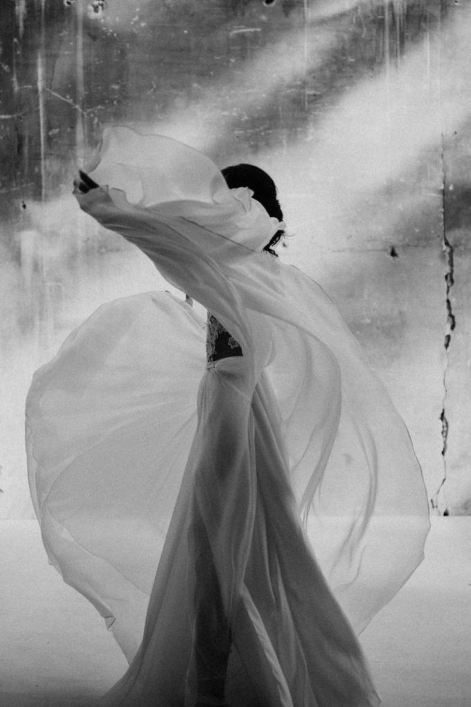 Photo en noir et blanc de la robe Laureline de profil et en mouvement
