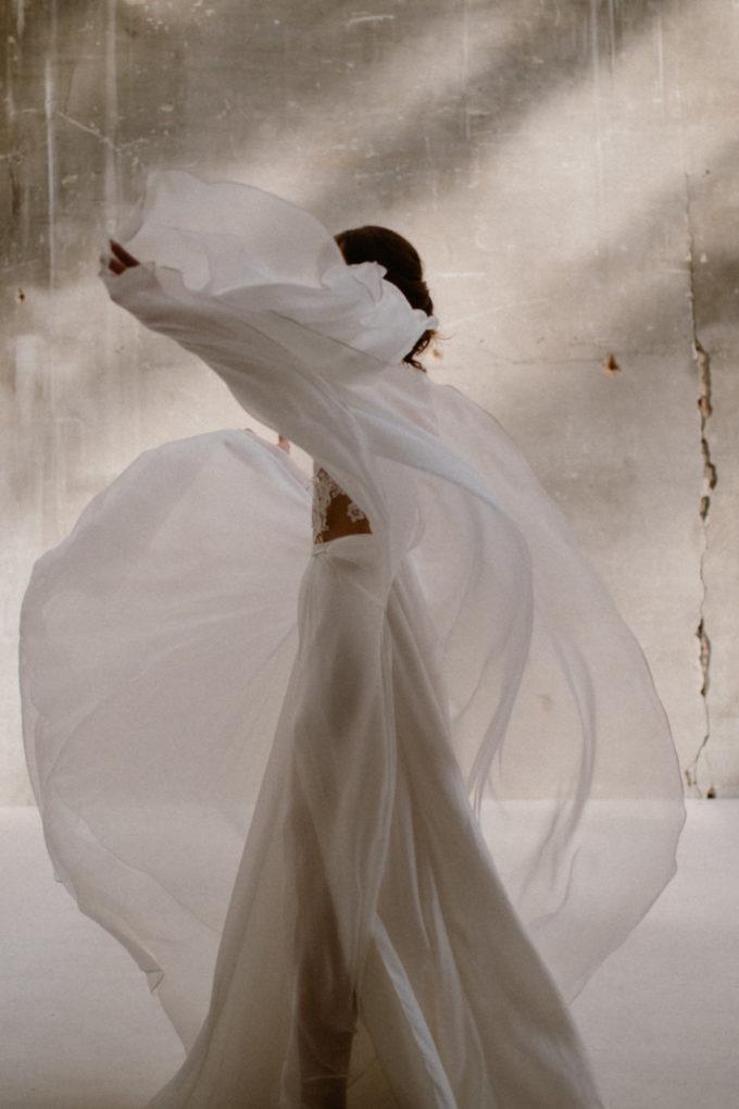 Photo de la robe Laureline de profil et en mouvement