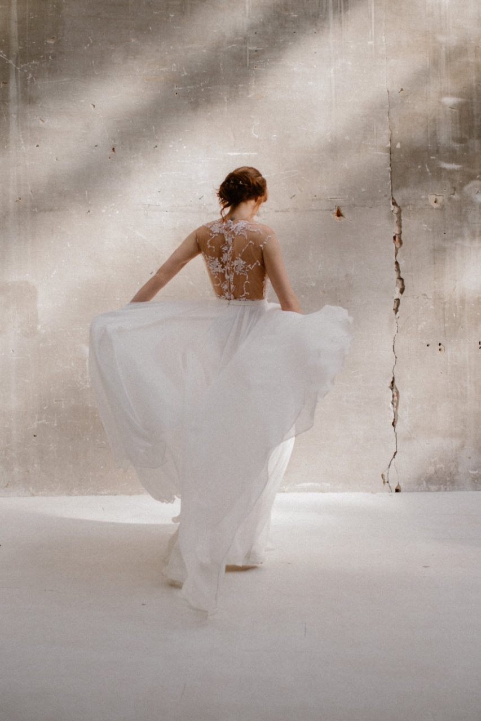 Plan plein pied de la robe Laureline de dos et en mouvement