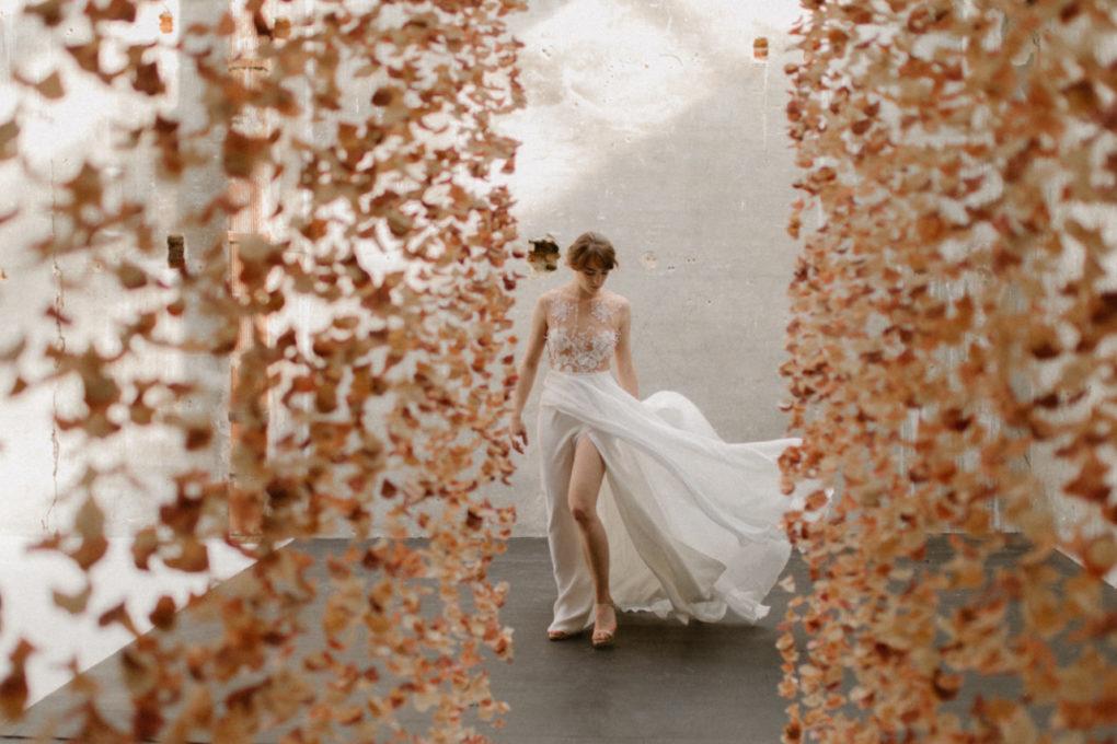 Plan plein pied de la robe Laureline entre deux rideaux de fleurs