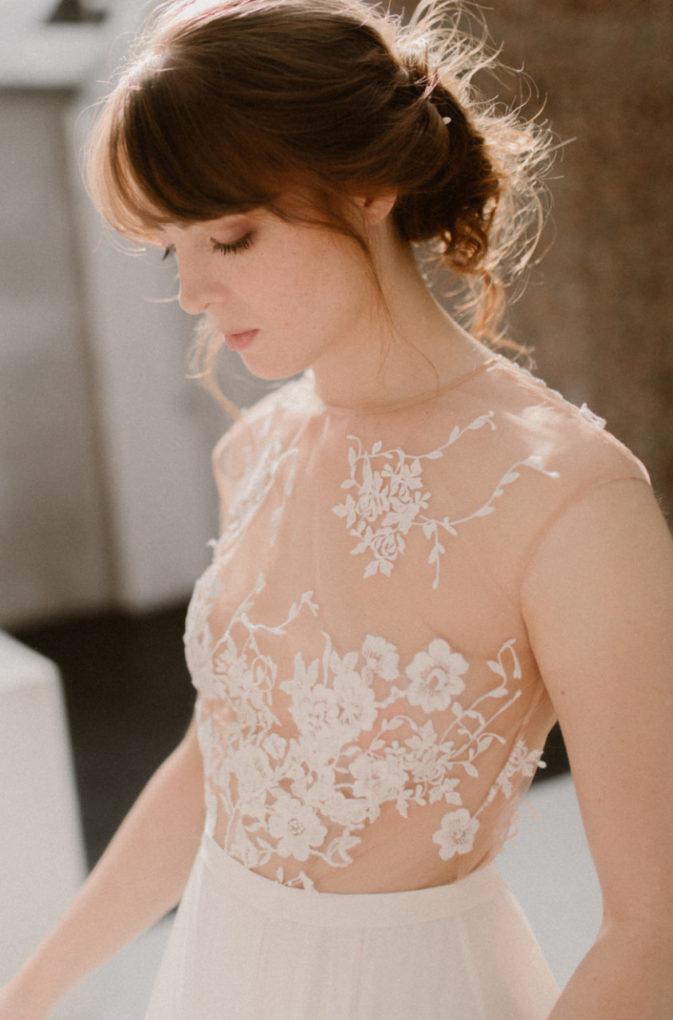 Plan rapproché sur le haut de la robe Laureline, détails