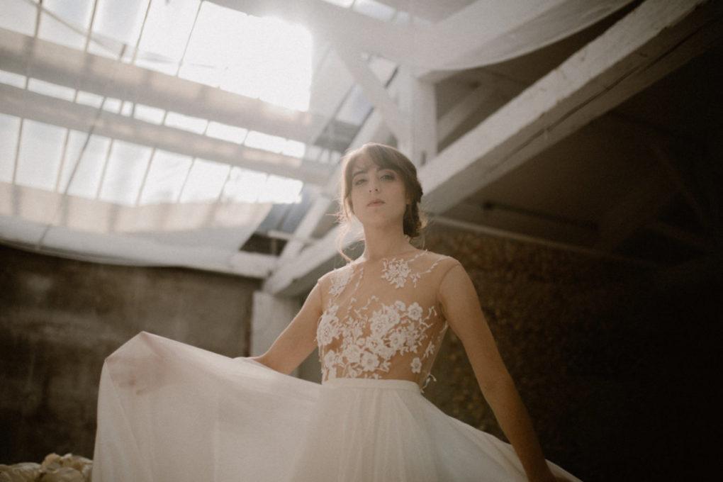 Plan taille en contre plongée de la robe Laureline en mouvement