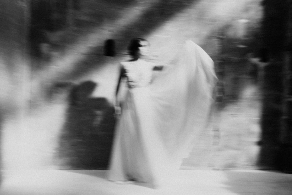 Photo en noir et blanc, flou artistique, de la robe Laureline de face et en mouvement