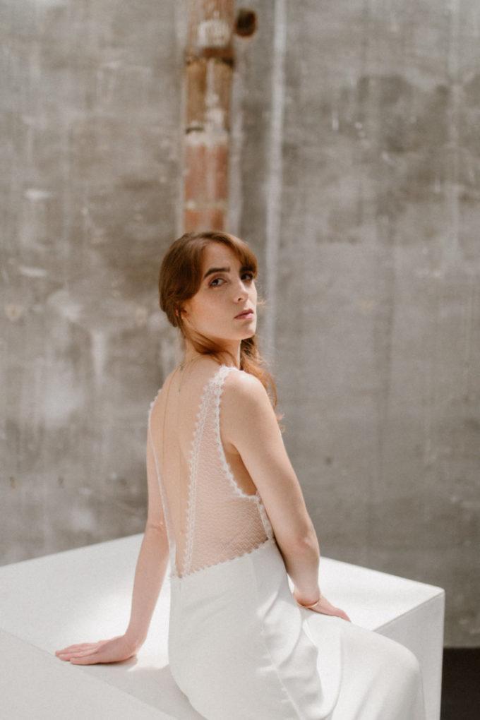 Robe Marion portée par une femme assise, détails dos