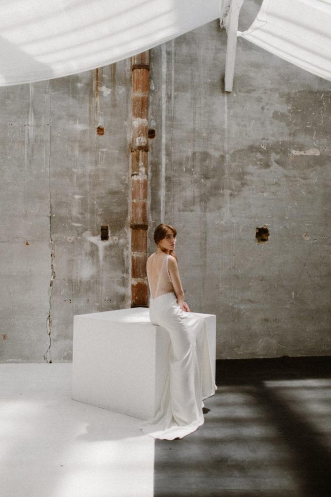 Plan d'ensemble de la robe Marion de dos dans un espace lumineux