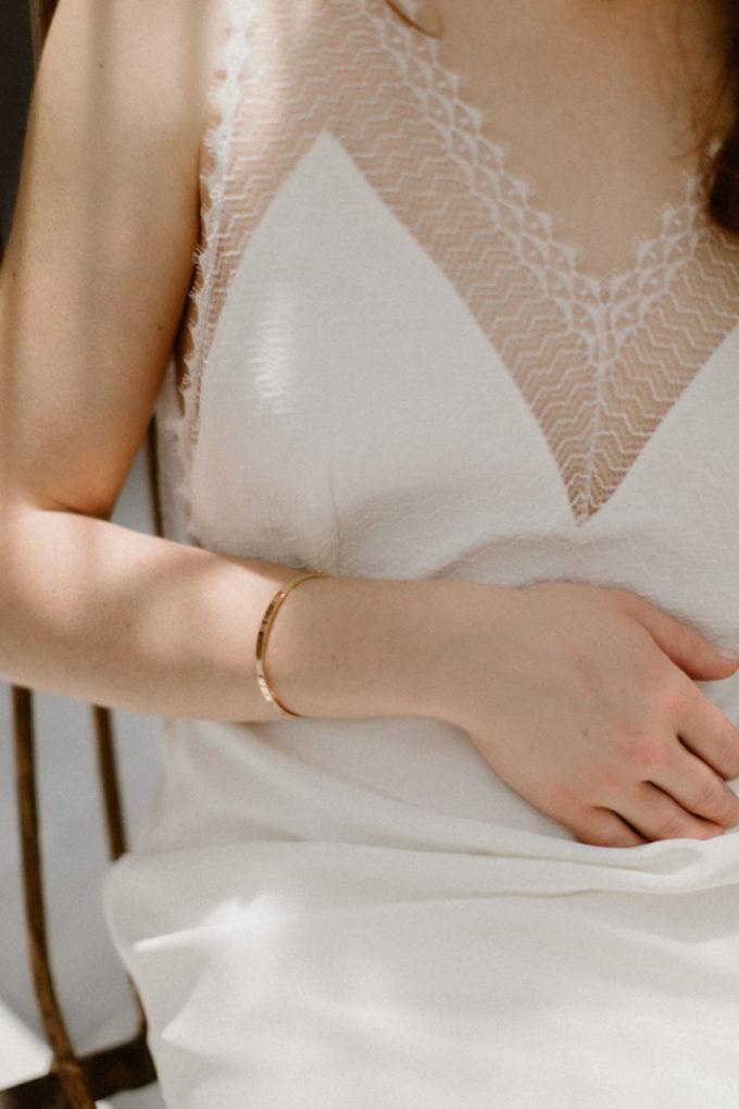 Plan rapproché sur le devant de la robe Marion
