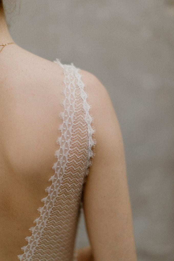 Plan rapproché sur l'épaule de la robe Marion