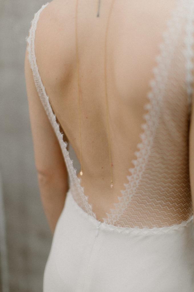 Plan rapproché sur les détails du dos de la robe Marion