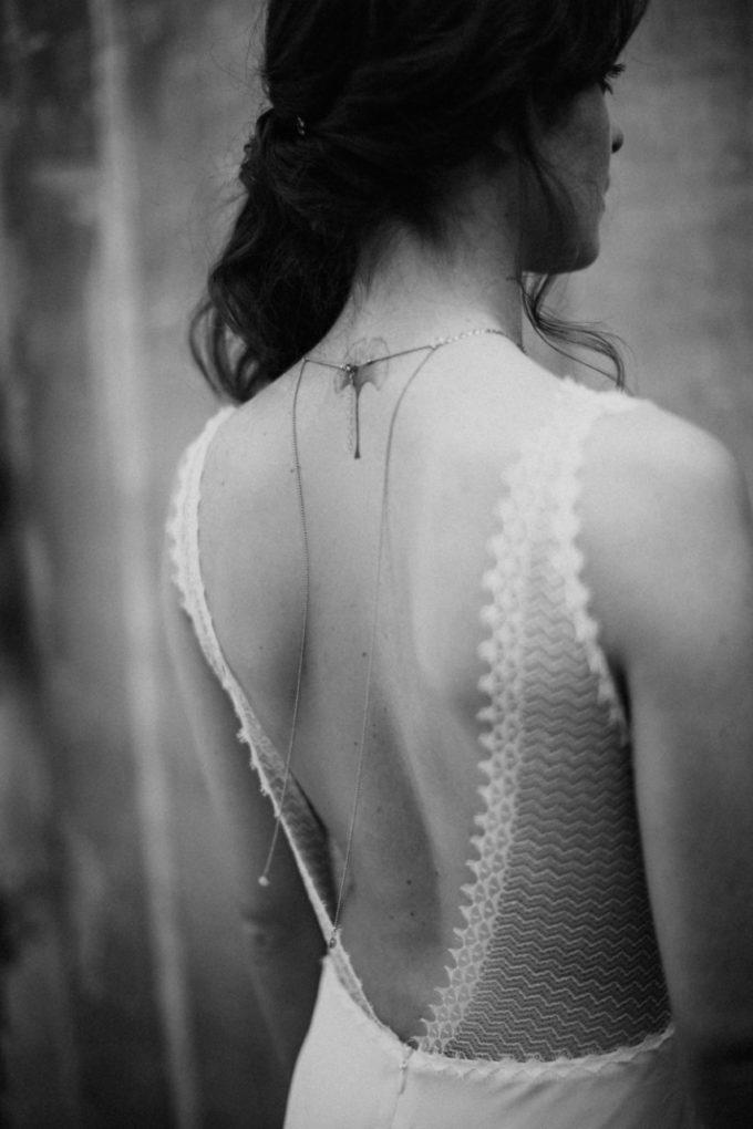 Photo en noir et blanc du dos de la robe Marion