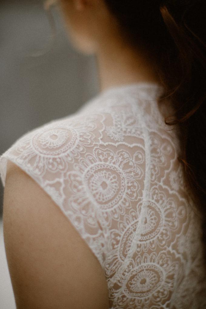 Gros plan sur les détails de l'épaule de la combinaison Rachel