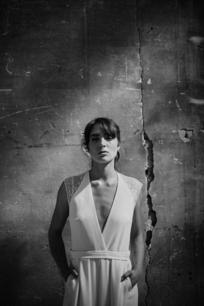 Photo en noir et blanc, plan taille, de la combinaison Rachel de face